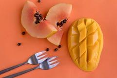 Папапайя и манго на оранжевой предпосылке Стоковые Изображения RF