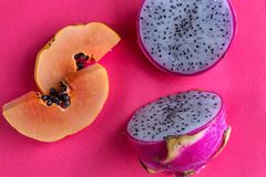 Папапайя и pitaya на розовой предпосылке Стоковая Фотография
