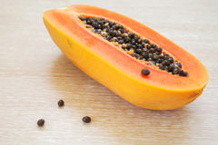 Папапайя с семенами зрелыми и свежими стоковые изображения