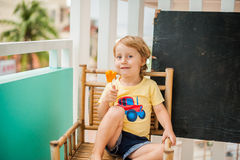 Папапайя smoothie мальчика выпивая еда принципиальной схемы здоровая Черная деревянная доска с космосом для текста Стоковое фото RF