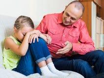 Папа давая инструкции к ребенку стоковая фотография
