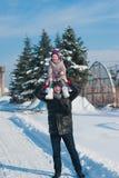 Папа бросает вверх дочь младенца в зиме против голубого неба, образе жизни, зимних отдыхах стоковая фотография rf