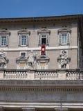 Папа в окне Ватикана стоковые фотографии rf