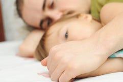 Папа держа маленькие руки дочери стоковое фото rf