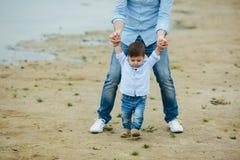 Папа держа руки ` s грудного ребенка стоковые фото