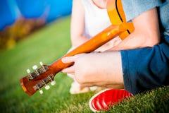 Папа играя гитару стоковая фотография rf