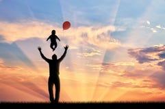 Папа играя с заходом солнца младенца и воздушных шаров стоковая фотография