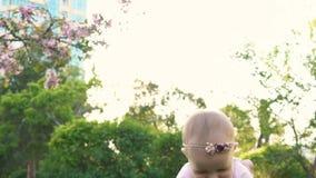 Папа играя с крупным планом mo ребенк sweety медленным сток-видео