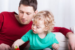 Папа играя с сыном стоковые фото