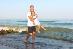 Папа идет вдоль seashore с его маленькой дочерью Стоковое Изображение RF