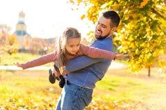 Папа и дочь в осени паркуют смеяться над игры стоковые фотографии rf