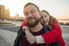 Папа и дочь для прогулки стоковые изображения rf