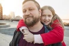 Папа и дочь для прогулки стоковые фотографии rf