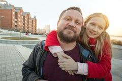 Папа и дочь для прогулки стоковая фотография