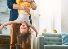 Папа и дочь играя совместно стоковые фотографии rf