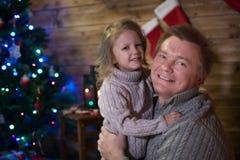 Папа и дочь на рождественской елке Стоковое фото RF