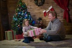 Папа и дочь на рождественской елке Стоковое Изображение