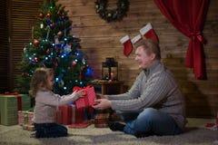 Папа и дочь на рождественской елке Стоковые Изображения RF
