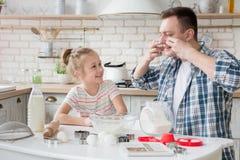 Папа и дочь печь совместно в кухне стоковая фотография rf