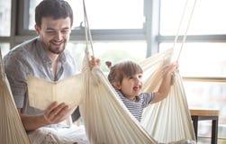 Папа и дочь прочитали книгу Стоковое фото RF