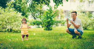 Папа и его дочь делают пузыри стоковые изображения rf