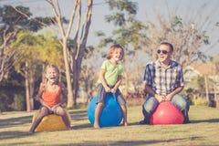 Папа и дети играя на лужайке перед домом стоковые изображения rf