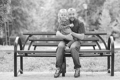 Папа идет с его дочерью в парке Стоковые Изображения RF