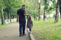 Папа идет с его дочерью в парке Стоковая Фотография