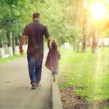 Папа идет с его дочерью в парке Стоковая Фотография RF