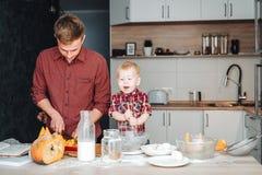 Папа и маленький сын в кухне стоковые фото