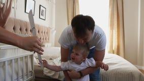 Папа и мать дают их сыну долгожданный подарок, утеху и счастье мальчика 2 года акции видеоматериалы
