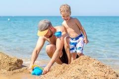 Папа и маленький сын играя совместно стоковые фотографии rf