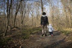 Папа и младенец идя на проселочную дорогу стоковое изображение rf