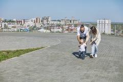 Папа и младенец мамы семьи счастливые с улыбками совместно в парке o стоковое фото