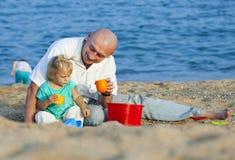 Папа и дочери на пляже стоковая фотография rf