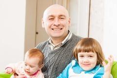 Папа и 2 дочери стоковая фотография