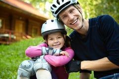 Папа и дочь в шлеме стоковые изображения