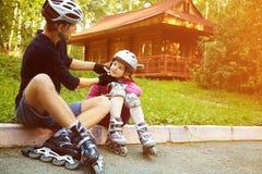Папа и дочь в шлеме стоковые фотографии rf