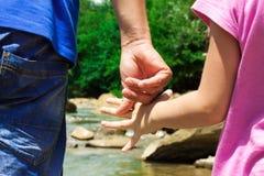 папа и дочь держа руки рекой Стоковые Фотографии RF