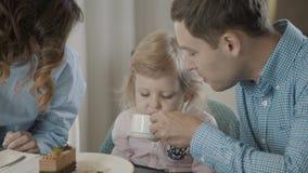 Отец с дочерью выпивают видео