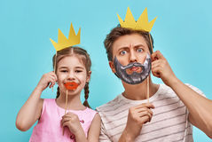 Папа и ребенок держат бумажную крону стоковые фото