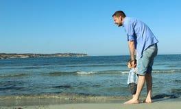 Папа и ребёнок на песчаном пляже Стоковая Фотография RF