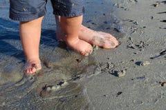 Папа и ребёнок на песчаном пляже Стоковые Изображения RF