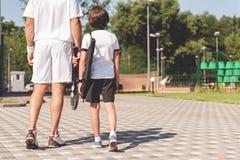 Папа и сын готовые для тенниса Стоковое Изображение RF