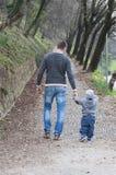 Папа и сын держа руки стоковое фото