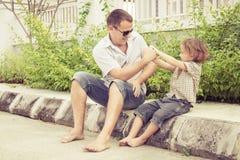 Папа и сын играя около дома стоковая фотография