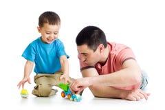 Папа и сын играя совместно стоковые изображения rf
