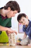 Папа и сын играя с игрушками стоковые изображения