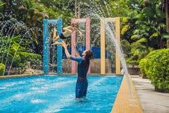 Папа и сын имеют потеху в бассейне стоковое фото rf