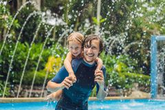 Папа и сын имеют потеху в бассейне стоковая фотография